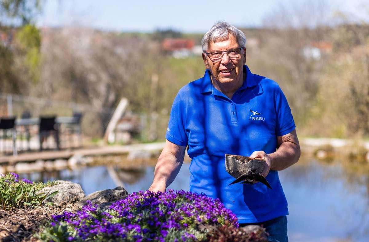 Görwihl: Rudi Apel steht mit einem künstlichen Schwalbennest in der Hand in seinem Garten. Foto: dpa/Philipp von Ditfurth