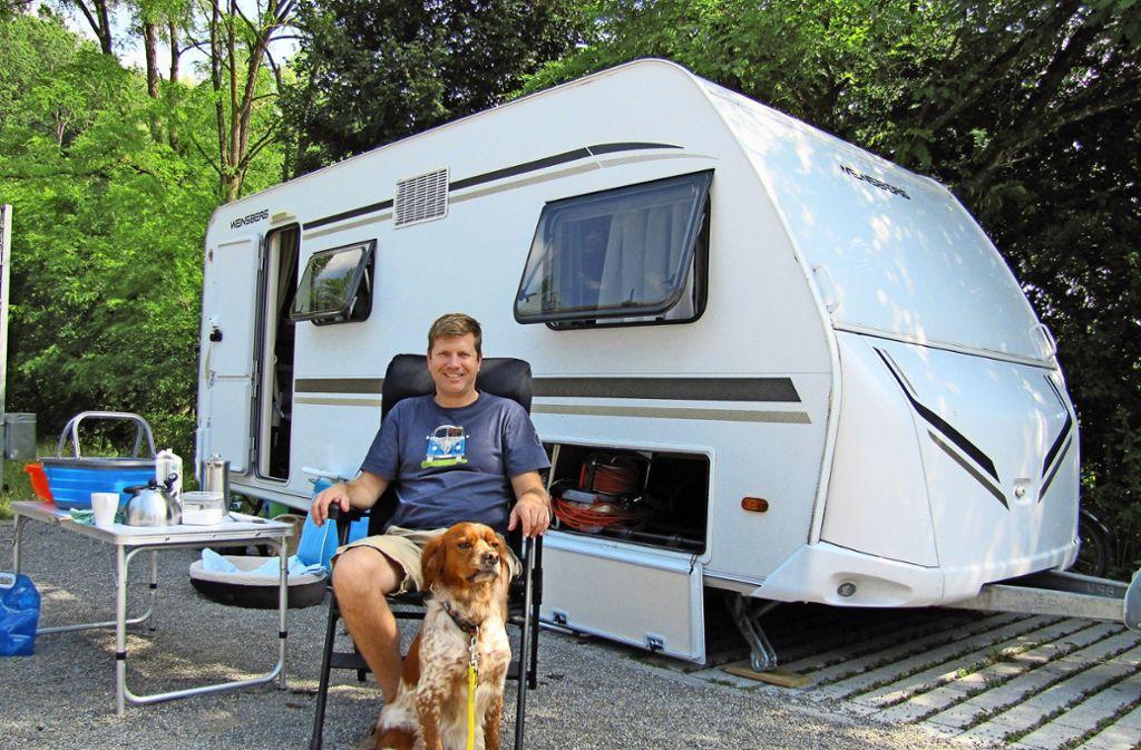 Chris Coltsman ist aus Aachen mit seinem Hund Lucky Luke angereist. Foto: