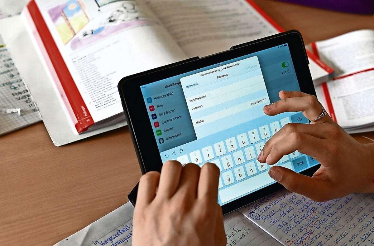 Soll jeder Schüler sein eigenes Gerät bekommen?  Auch das müssen die Kommunen  mit den Schulen entscheiden. Foto: dpa/Uli Deck