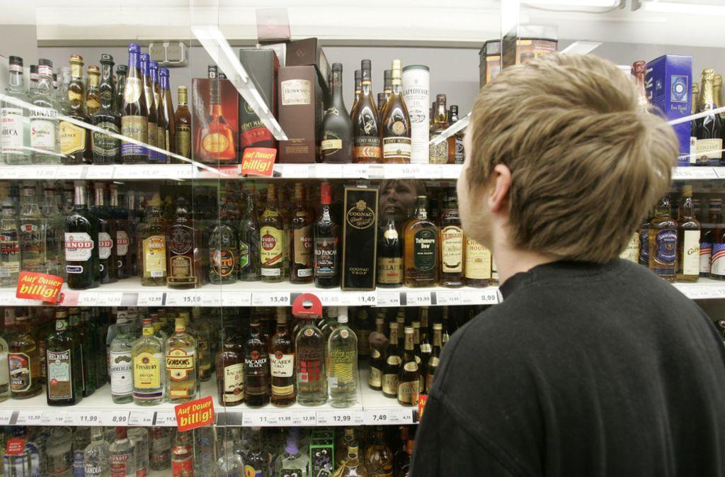 Alkohol, Tabak und E-Zigaretten dürfen an Kinder und Jugendliche nicht abgegeben werden. Foto: AP/Joerg Sarbach