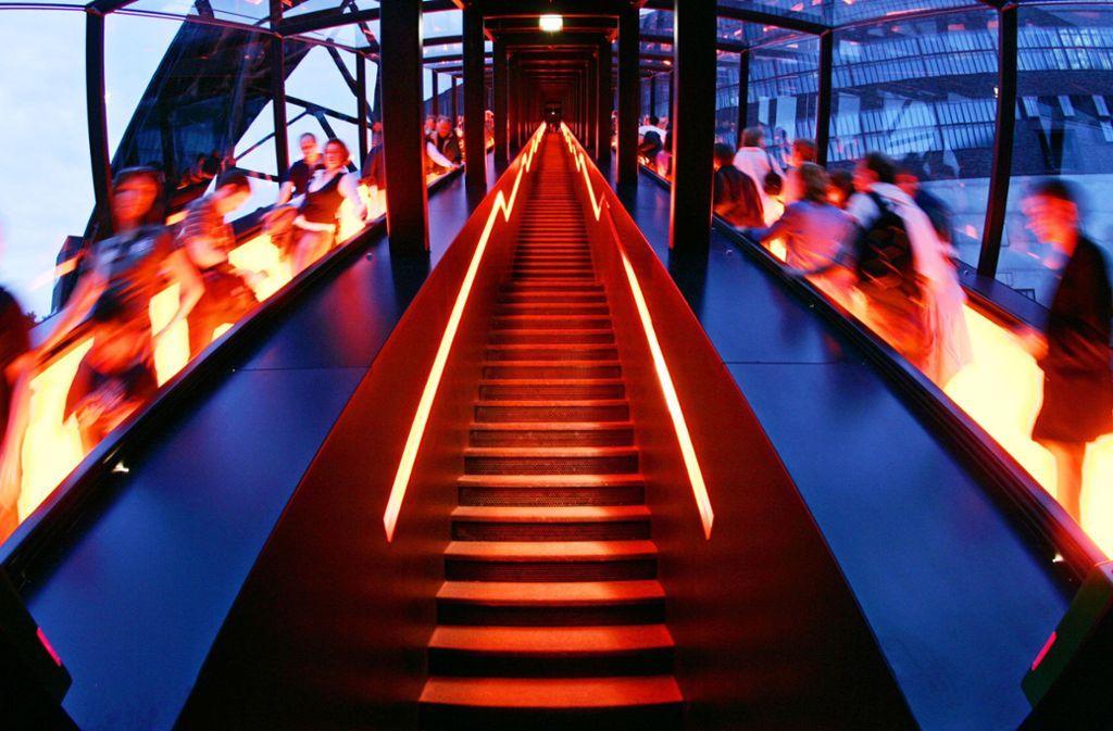Auf der Zeche Zollverein in Essen befindet sich die längste freistehende Rolltreppe Deutschlands: zwei Gangways mit je 250 Stufen, 58 Meter lang, 90 Sekunden Fahrzeit. Foto: dpa