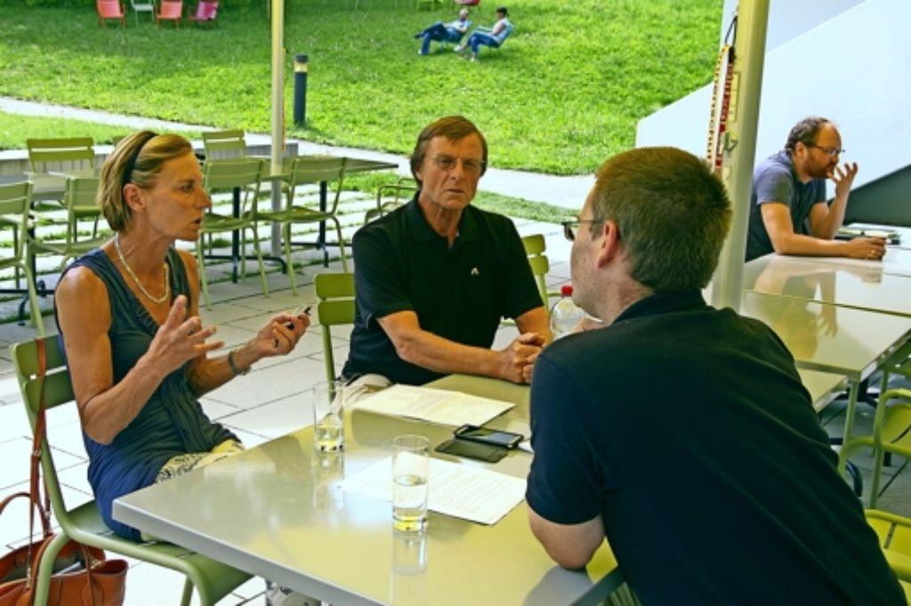 Dauerbrenner Sport-Insel: Astrid und Ludwig Etschmann im Gespräch mit Kai Müller (rechts)   von der Filder-Zeitung. Foto: Alexandra Kratz
