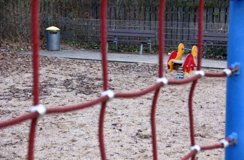 Auf dem Spielplatz gibt es nur wenige Farbtupfer, tristes Grau herrscht vor. Foto: Bernd Zeyer
