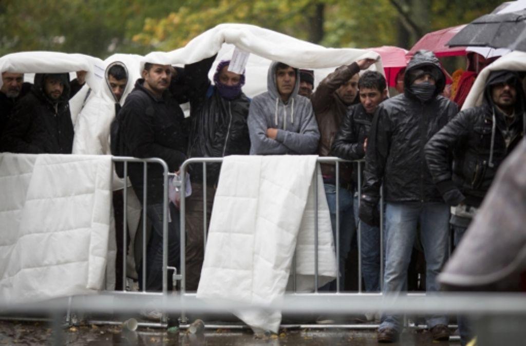 Flüchtlinge warten am Landesamt für Gesundheit und Soziales in Berlin. Foto: dpa