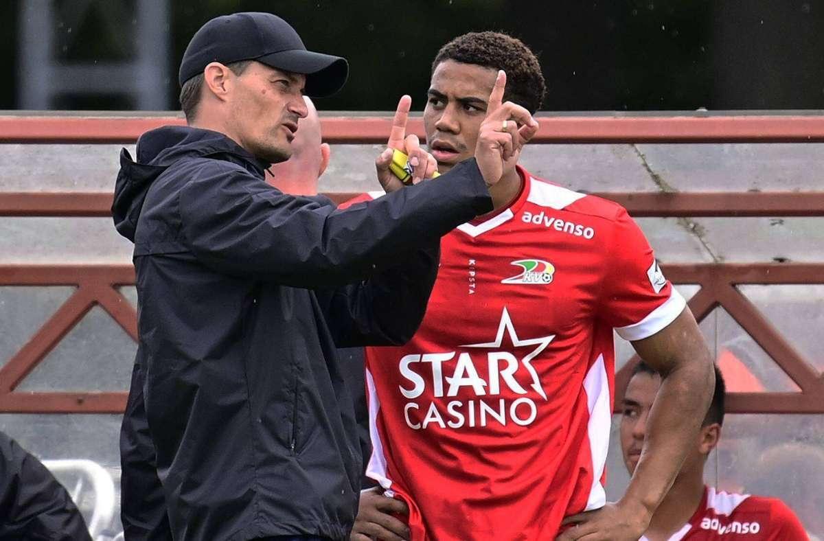 Alexander Blessin gibt  jetzt seine Anweisungen bei KV Oostende in der belgischen ersten Liga. Auf dem Foto hört sein Spieler Priestley Farquharson aufmerksam zu. Foto: imago/Panoramic International