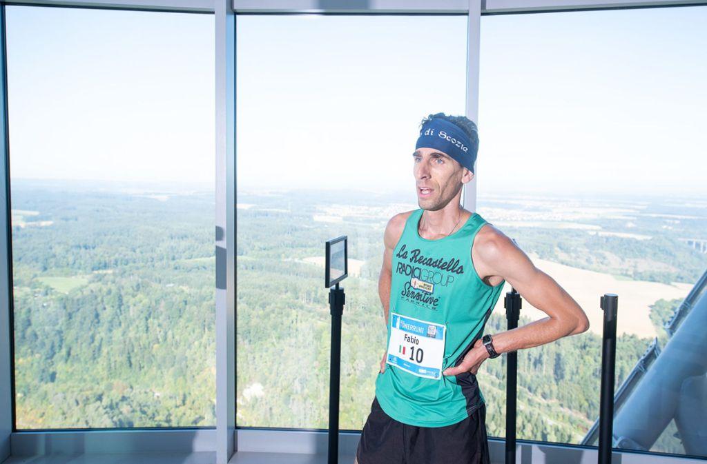 Angekommen in 232 Metern Höhe: Fabio Ruga brauchte weniger als sieben Minuten für die 1390 Stufen. Foto: dpa/Sebastian Gollnow