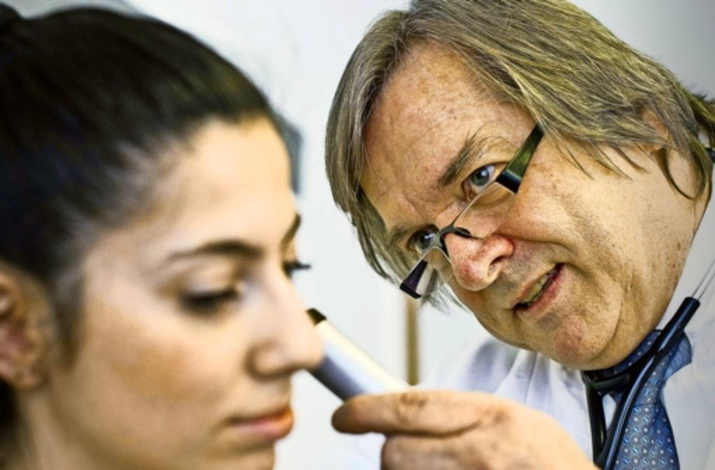 Doktor Markus Klett, der Sprecher der Stuttgarter Ärzteschaft, untersucht in seiner Praxis eine Patientin. Foto: fotolia, Lichtgut/Max Kovalenko,
