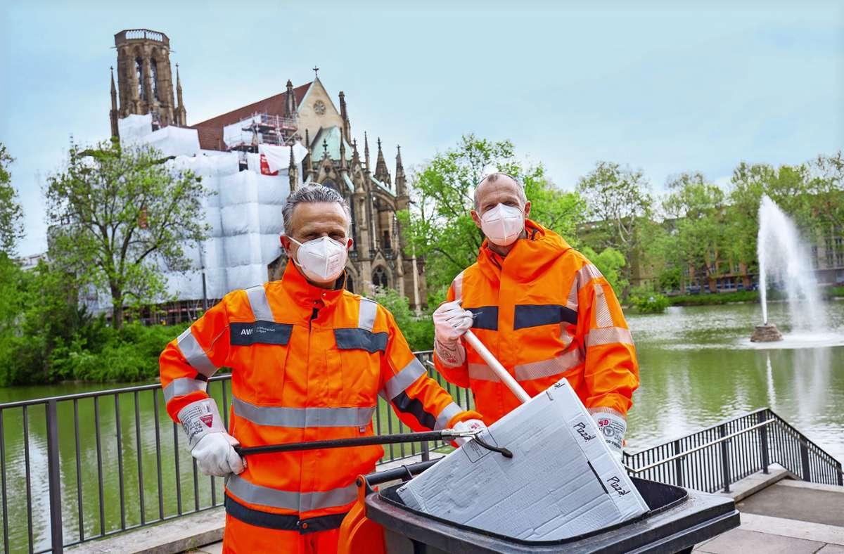 OB Frank Nopper (l.) und Technikbürgermeister Dirk Thürnau sammeln am Montagfrüh Müll ein. Foto: Lichtgut/Leif Piechowski