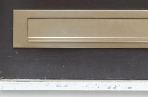 Mann schlitzt sich  Hand an Behörden-Briefkasten auf