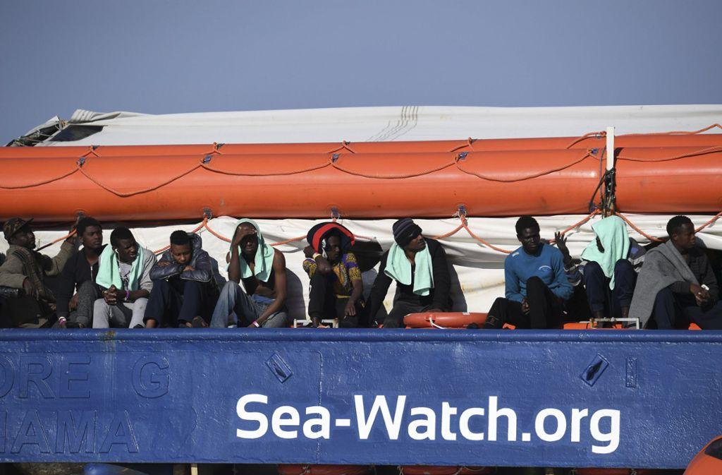 """Anderthalb Wochen nach der Rettung von 47 Bootsflüchtlingen vor der libyschen Küste ist das Schiff """"Sea-Watch 3"""" weiterhin vor dem Hafen von Syrakus in Sizilien blockiert. Foto: AP"""