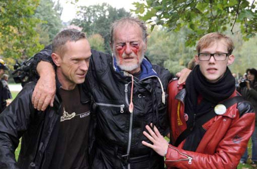 Dietrich Wagner (Mitte) will Ex-Ministerpräsident Stefan Mappus (CDU) vor das Stuttgarter Landgericht zitieren. Der S21-Gegner war am Schwarzen Donnerstag so schwer verletzt worden, dass er fast erblindete. Foto: dpa