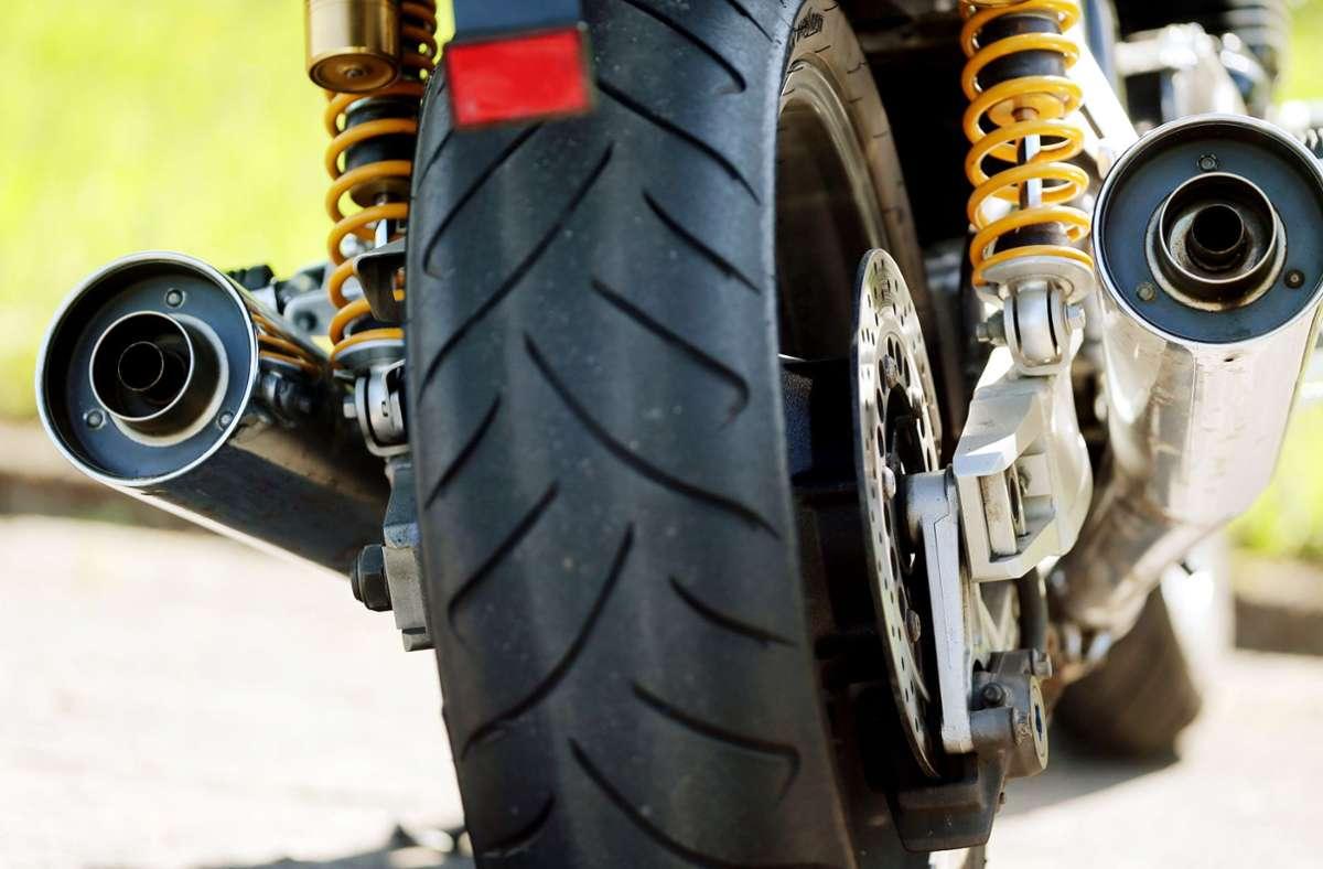Die Polizei sucht nach einem Motorradfahrer, der nach einem Unfall geflüchtet ist (Symbolbild). Foto: dpa/Oliver Berg