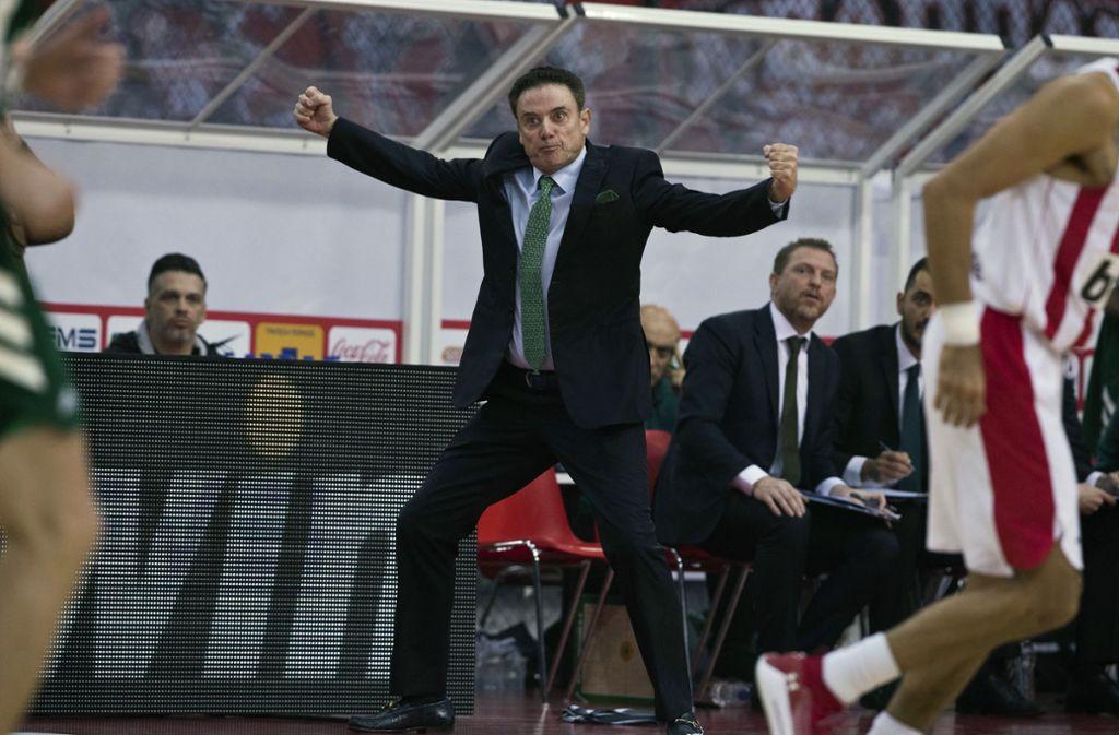 Feuer und Flamme: Panathinaikos-Ex-Coach Rick Pitino in einem Derby Foto: AP/Petros Giannakouris