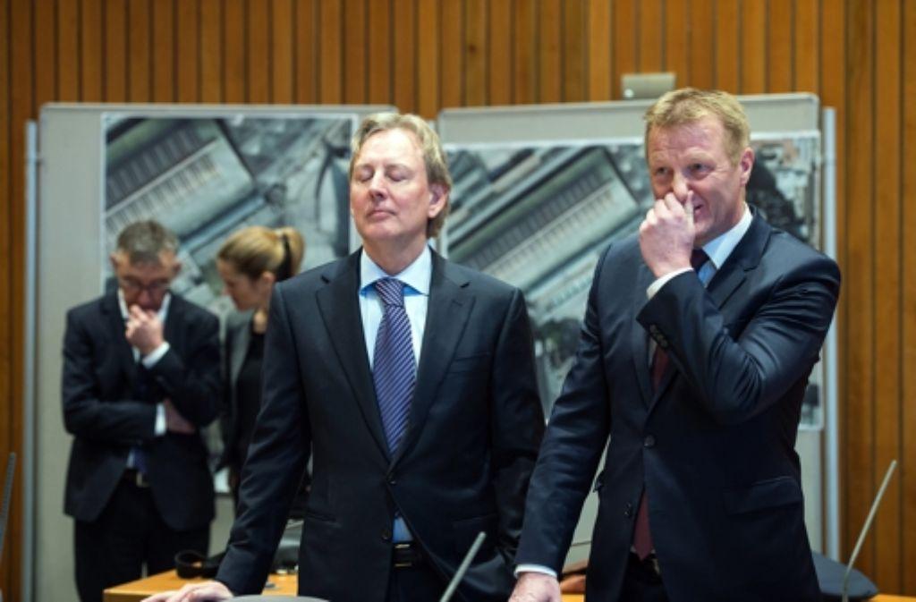Der nordrhein-westfälische Innenminister Ralf Jäger (rechts) und der Staatssekretär im Innenministerium, Bernhard Nebe,vor dem Innenausschuss im nordrhein-westfälischen Landtag. Foto: dpa