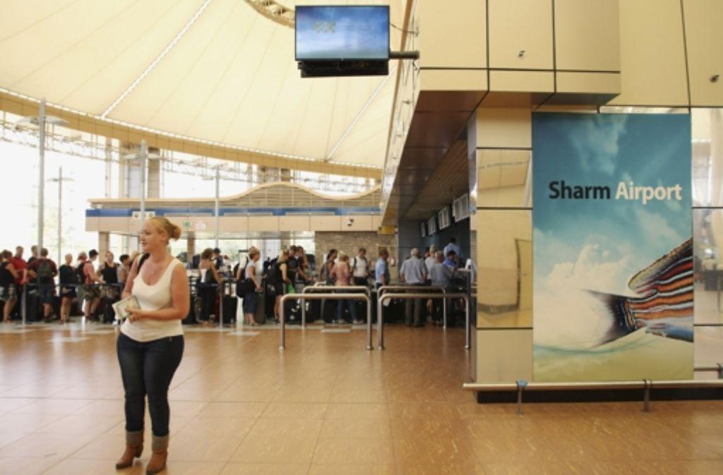 Touristen warten am Flughafen Scharm el Scheich auf ihre Flüge. Foto: AP