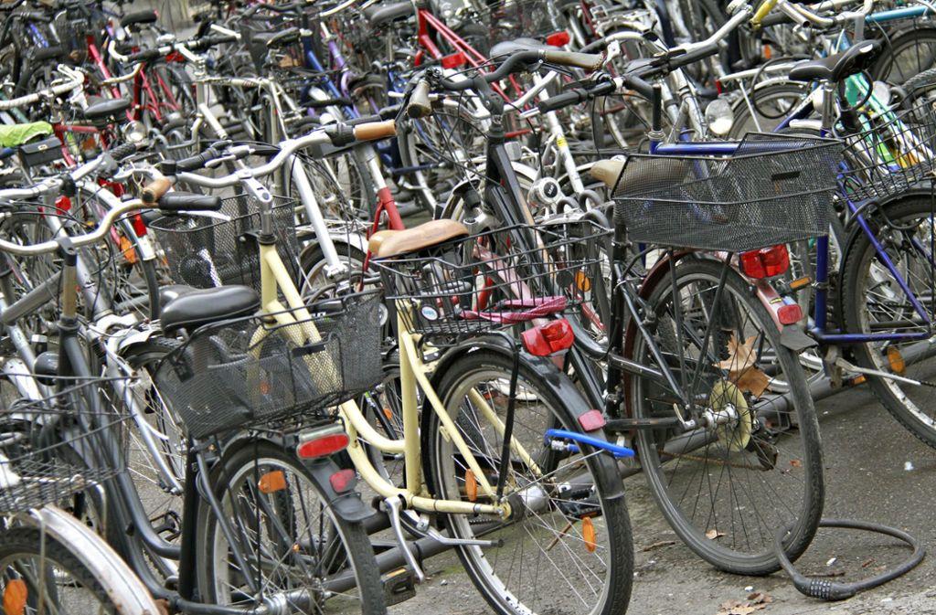 Lenker an Lenker: Vor allem Kinderräder werden schnell zu klein – Abhilfe schaffen Fahrrad-Flohmärkte. Foto: dpa