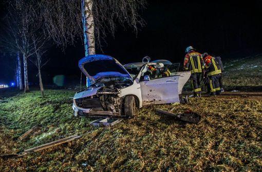 Autofahrer verliert Kontrolle und kracht gegen zwei Bäume