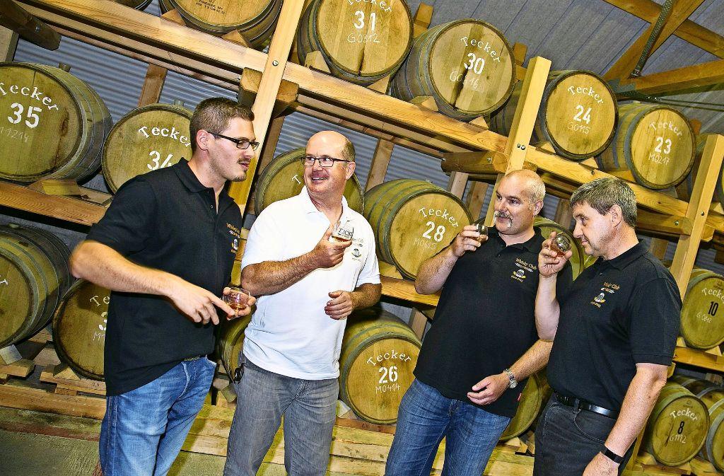 Riechen, schmecken, diskutieren:  Bei Brenner Immanuel Gruel (li.) trefft sich der Owener Whisky-Club. Foto: