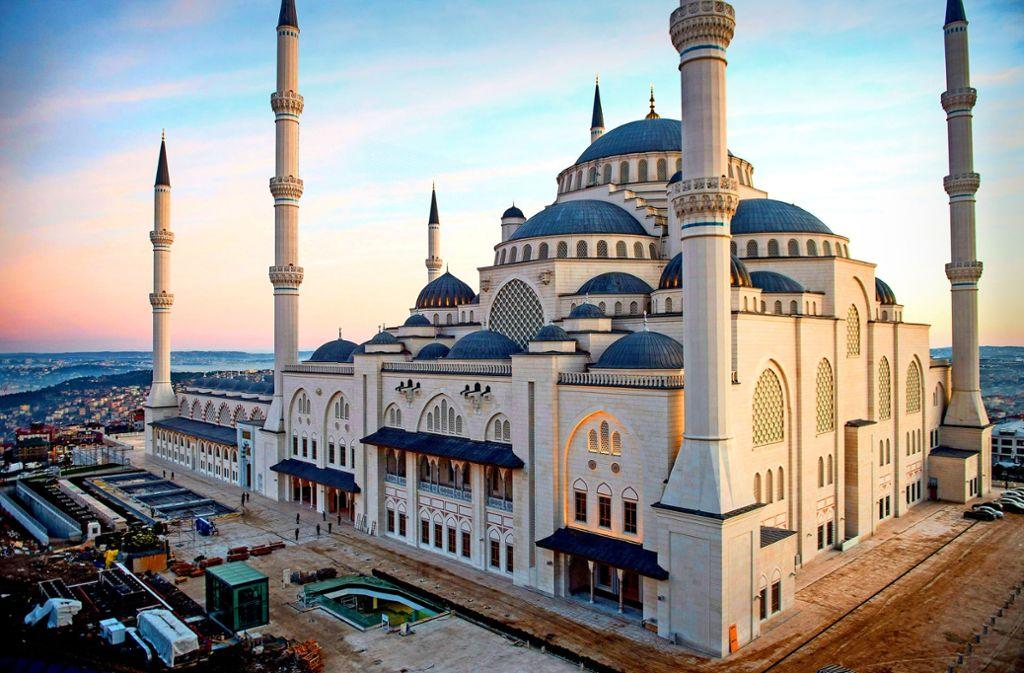 Fassungsvermögen wie ein Fußballstadion – die neue Moschee bietet Platz für mehr als 60000 Gläubige. Foto: