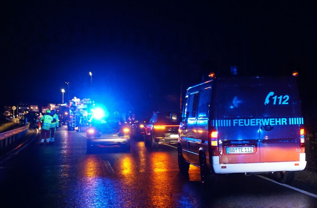 Die B464 war nach dem Unfall komplett gesperrt. Foto: SDMG//Dettenmeyer