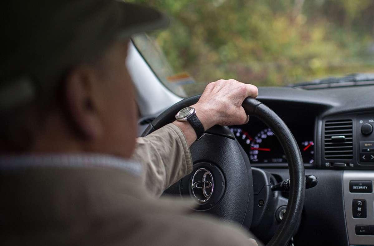 Der 93-Jährige war nach dem Unfall davongefahren. (Symbolbild) Foto: dpa/Wolfram Kastl