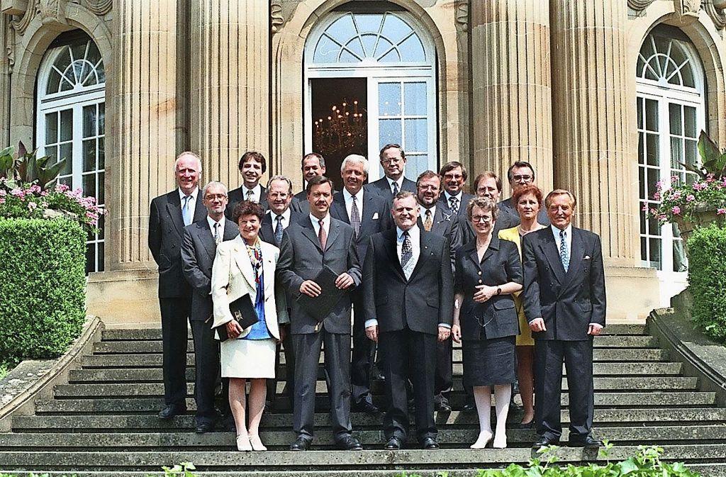 Erwin Vetter (hinten links) in der CDU/FDP-Landesregierung von 1996 Foto: StN