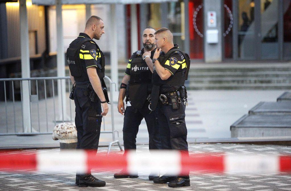 Die Polizei in Rotterdam sichert das evakuierte Polizeigelände. Foto: