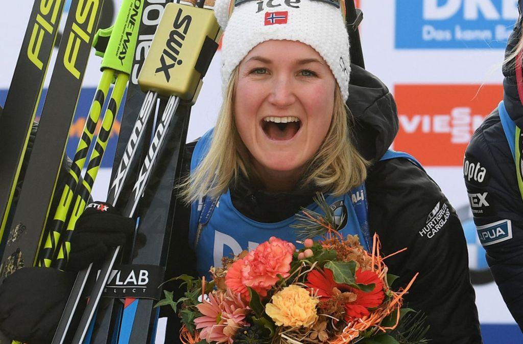 Blumen am Valentinstag für die Norwegerin Marte Olsbu Röiseland – und eine WM-Goldmedaille im Sprint gab es obendrauf Foto: dpa