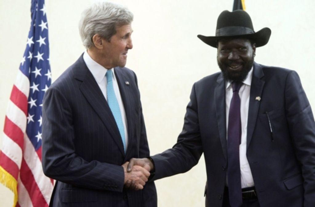 Die Begegnung zwischen Südsudans Präsident Salva Kiir (re.) und seinem Kontrahenten Riek Machar war von US-Außenminister John Kerry  (li.) in die Wege geleitet worden. Foto: AP