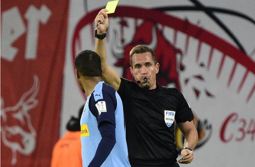 Erst sah  Gladbachs Alassane Plea die Gelbe Karte wegen Meckerns, weil er seine Emotionen nicht im Griff hatte, zog Schiedsrichter Tobias Stieler auch noch die Rote Karte. Foto: AP/Jens Meyer