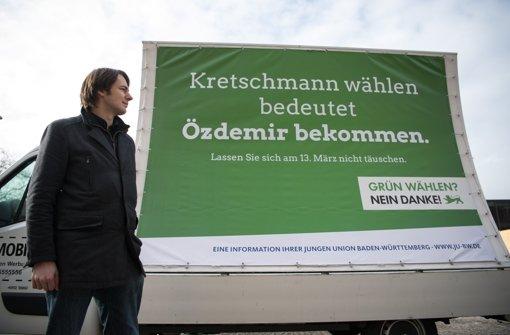 Der Geschäftsführer der Jungen Union Baden-Württemberg, Hannes Griepentrog, vor einem Kleinlaster mit einem Wahlplakat der JU. Foto: dpa