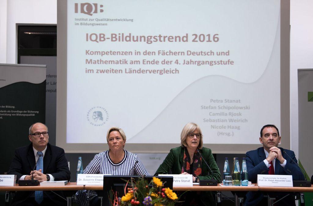 Die Bildungsforscherin Petra Stanat (zweite von links) präsentiert die Studie mit Hamburgs Bildungssenator Ties Rabe, Stuttgarts Schulministerin Susanne Eisenmann und ihrem Kollegen Ralf  Lorz aus Hessen. Foto: dpa