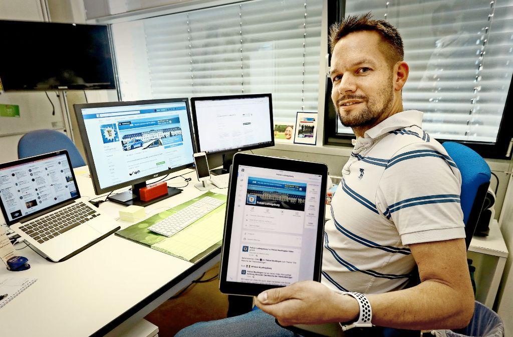 Polizeiarbeit auf dem Schirm: Markus Lang verantwortet den Social-Media-Auftritt des Polizeipräsidiums Ludwigsburg. Einige seiner Posts von #BestofPolizeialltag gibt es in unserer Bildergalerie. Foto: factum/Granville