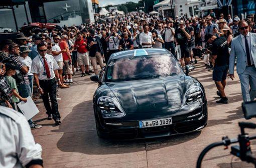 Porsche sammelt Milliarde für E-Taycan ein