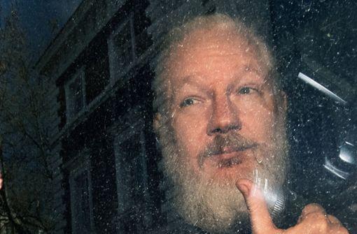 Assange aus Botschaft geschleppt