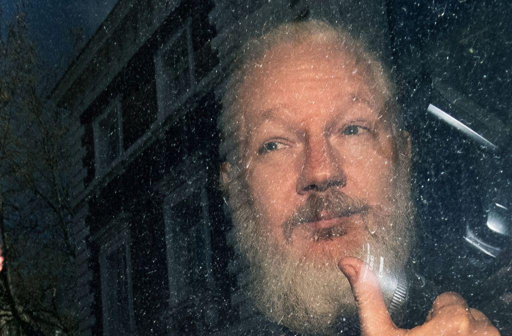 Das Bild des sich krümmenden, weißhaarigen Assange hat am Donnerstag für Überraschung gesorgt. Foto: PA Wire