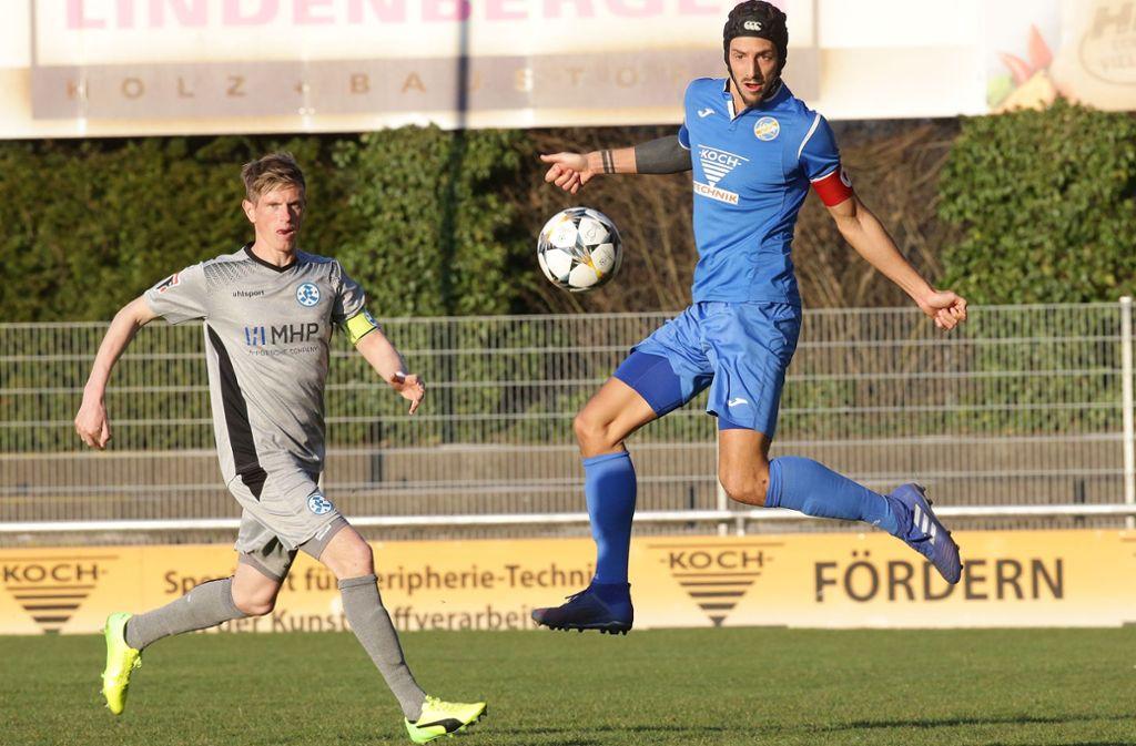 Tobias Feisthammel (li.) im Spiel beim 1. CfR Pforzheim (1:1) gegen den früheren Kickers-Stürmer Dominik Salz. In den nächsten Wochen fehlt der Abwehrspezialist den Blauen. Foto: Baumann