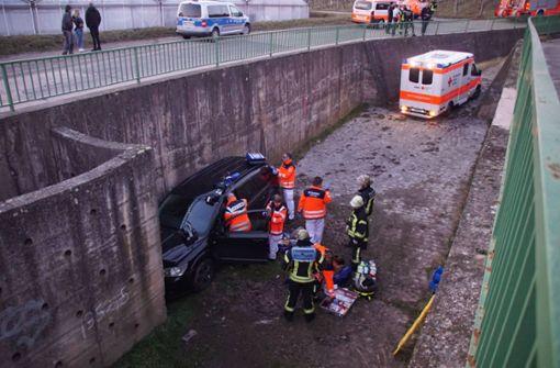 39-Jähriger fährt mit Fiat in Regenauffangbecken