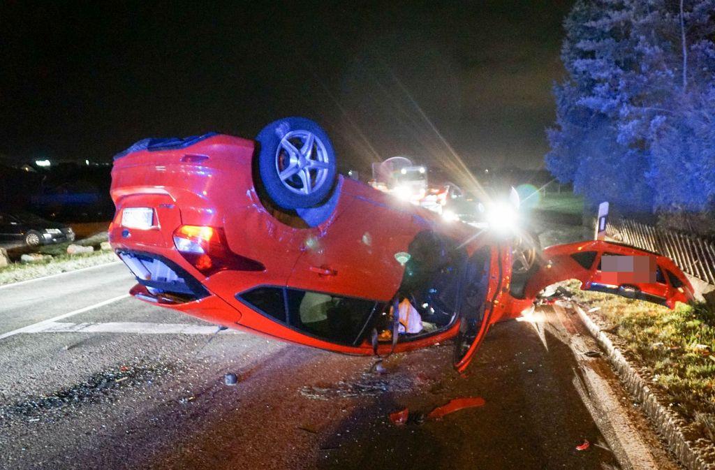 Wohl zu schnell gefahren: Das Auto eines 36-Jährigen liegt nach einem Unfall in Nufringen auf dem Dach. Foto: SDMG