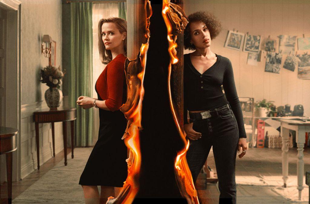 """Überall lauern Brandherde in der US-Gesellschaft: Reese Witherspoon (links) und Kerry Washington in der Serie """"Little Fires everywhere"""", die auf dem Roman """"Kleine Feuer überall"""" beruht. In unserer Bildergalerie stellen wir fünf Bücher zum Thema Rassismus vor, die Sie gelesen haben sollten. Foto: Hulu/Amazon"""