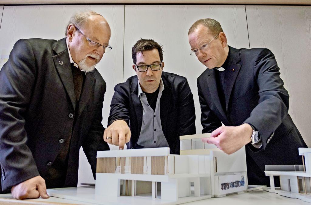 Zeigen das künftige Gemeindezentrum (von links):  Pfarrer Martin Kneer, Alexander Schmidt und Stadtdekan  Christian Hermes Foto: Lichtgut/Max Kovalenko