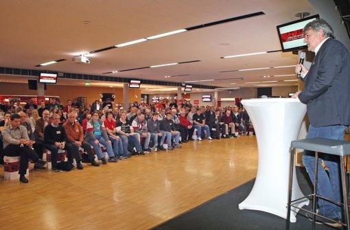 VfB-Präsident Bernd Wahler steht den Mitgliedern Rede und Antwort. Foto: Baumann