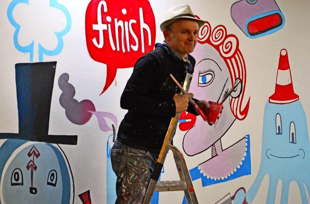 Der Berliner Event-Künstler Jim Avignon ist nach dem 24-Stunden-Mal-Marathon erschöpft aber glücklich. Foto: Emanuel Hege