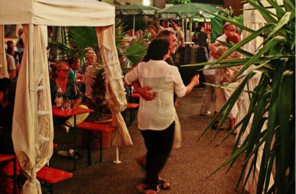 Tanzen ausdrücklich erwünscht: im Leonberger Weindorf, das noch an den kommenden beiden  Wochenenden die Tore öffnet, gibt es jeden Abend Livemusik. Foto: factum/Bach