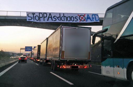 AfD-Plakat über Autobahn aufgehängt