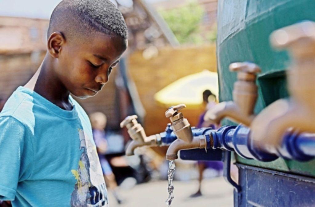 Tankwagen versorgen die Bevölkerung Johannesburgs mit Wasser. Foto: dpa