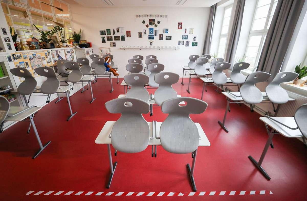 Klassenzimmer bleiben wohl noch eine Weile aufgestuhlt. Foto: dpa/Jan Woitas