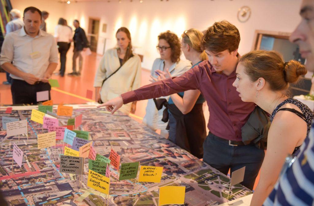 Bürger machen mit beschrifteten Fähnchen Vorschläge zur Zukunftsplanung an der B 14. Foto: Lichtgut/Max Kovalenko