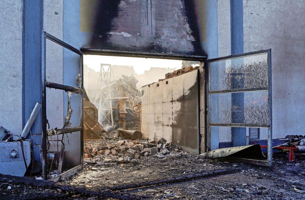 Spezialisten und Gutachter der Versicherungskonzerne sind derzeit in der Ruine der Vergärungsanlage Leonberg tätig und suchen nach der Brandursache. Foto: factum/Jürgen Bach