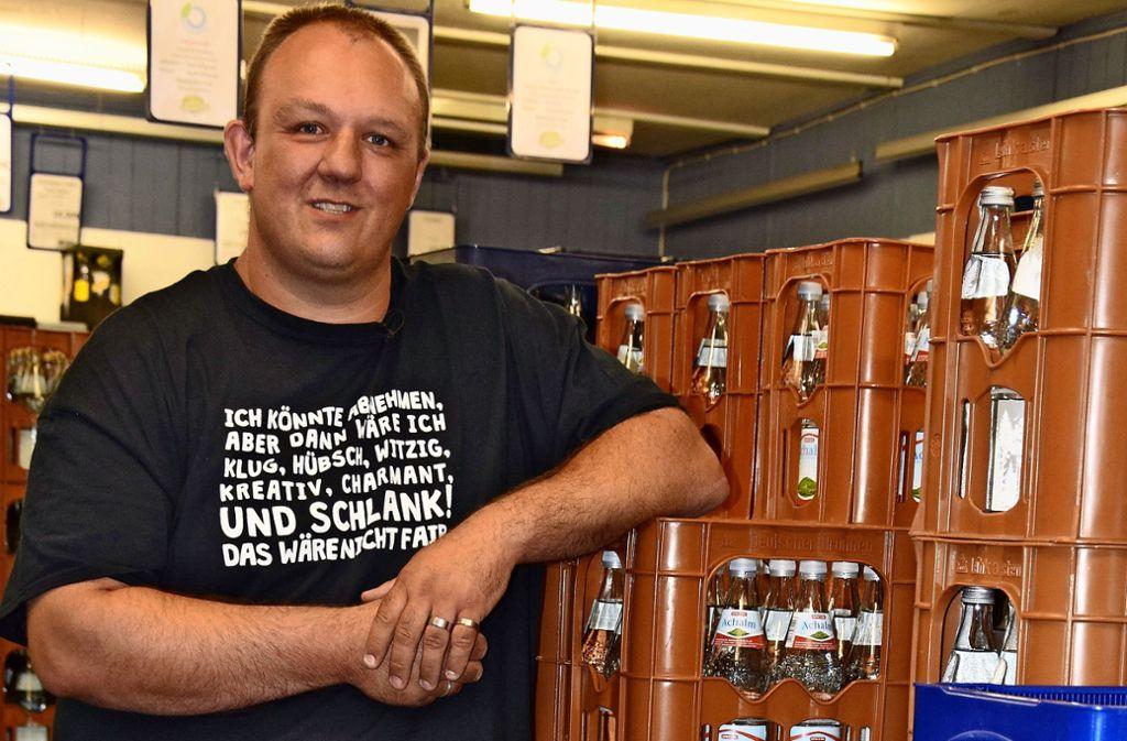Hans-Peter Kastner verkauft in seinem Getränkemarkt keine Plastik-Einwegflaschen mehr. Foto: Alexandra Kratz